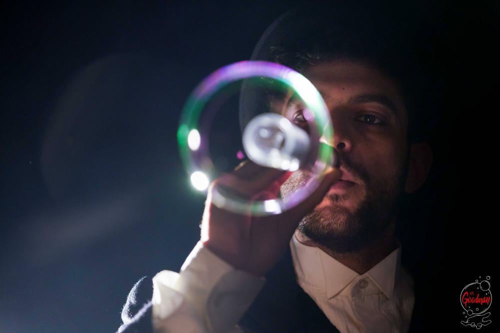 Thomas Goodman realizza una mini bolla di sapone