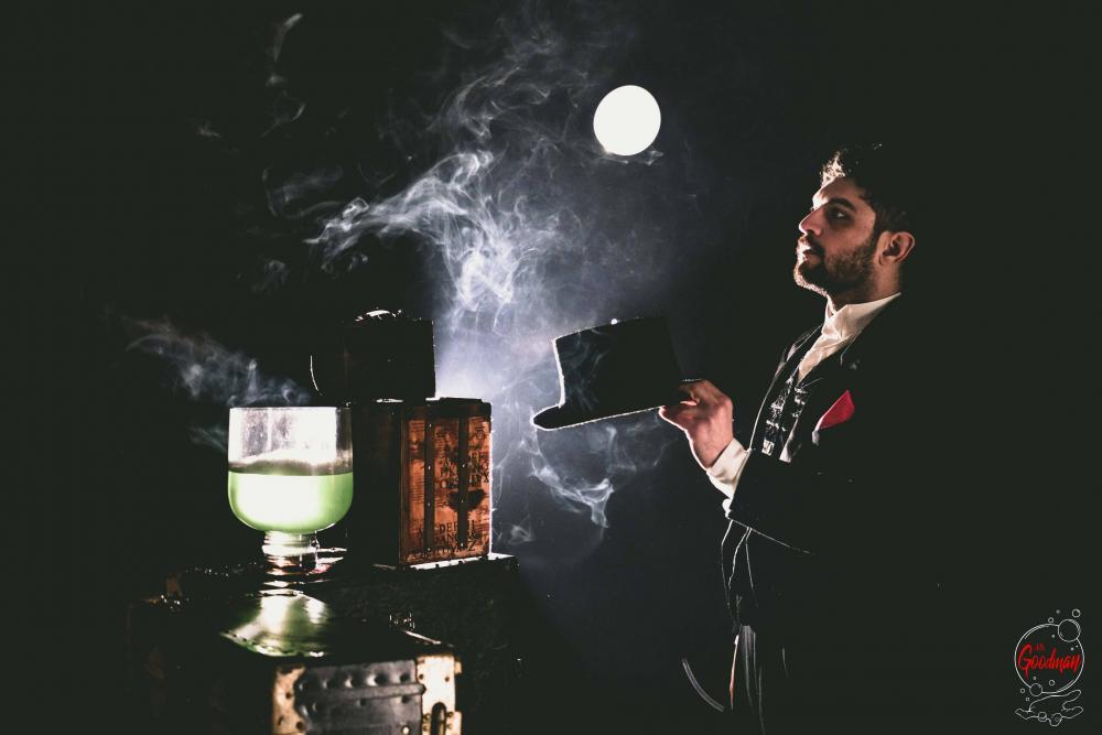 Giochi di fumo e luce con Thomas Goodman durante uno spettacolo