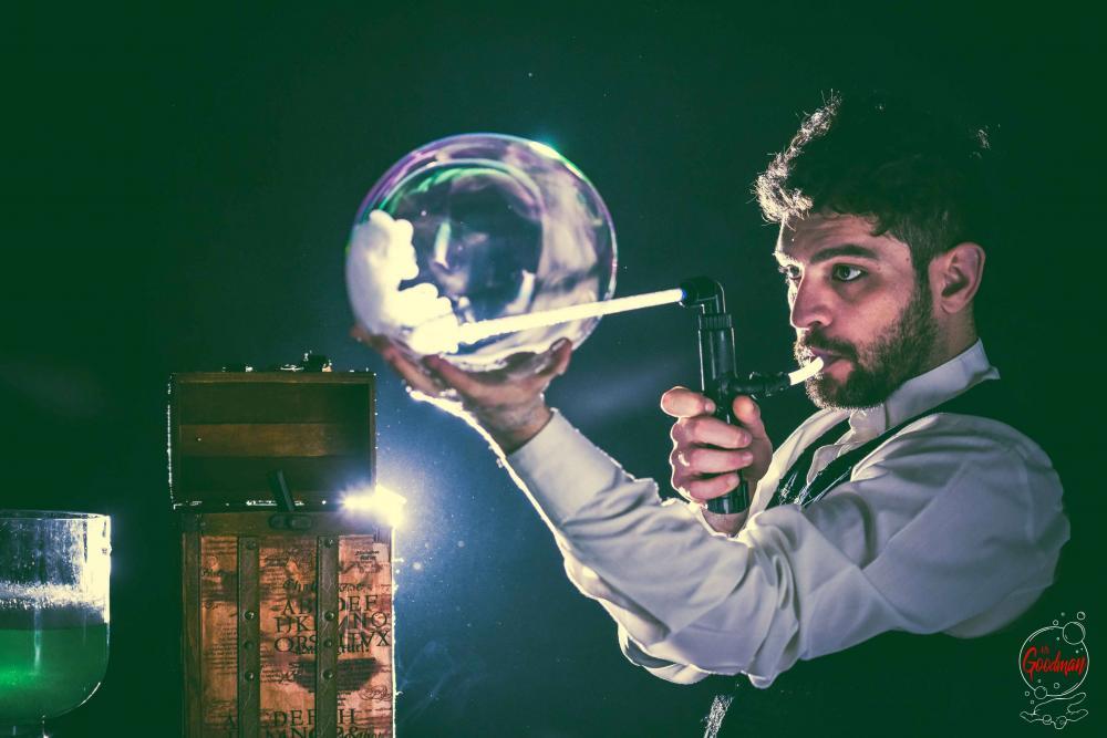 Thomas realizza una bolla di sapone piena di fumo