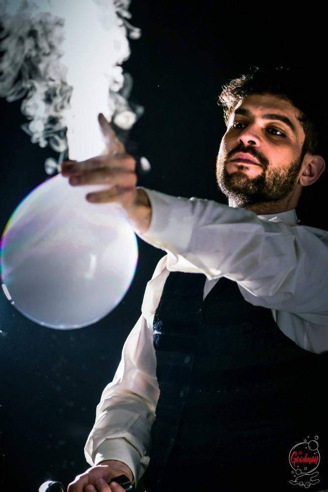 Thomas in uno spettacolo di bolle di sapone gioca con il fumo da una bolla