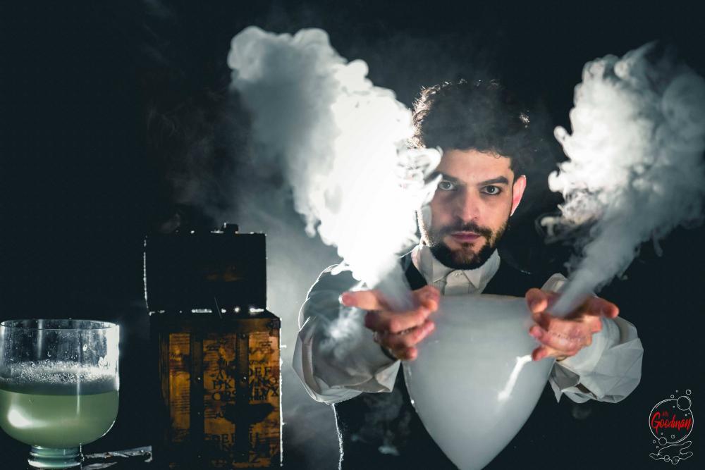 Thomas Goodman spettacolare immagine mentre fa uno spettacolo di bolle di sapone